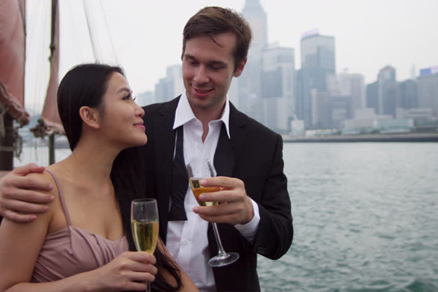Một người Mỹ có vợ Việt, rất chịu khó học nói tiếng Việt.